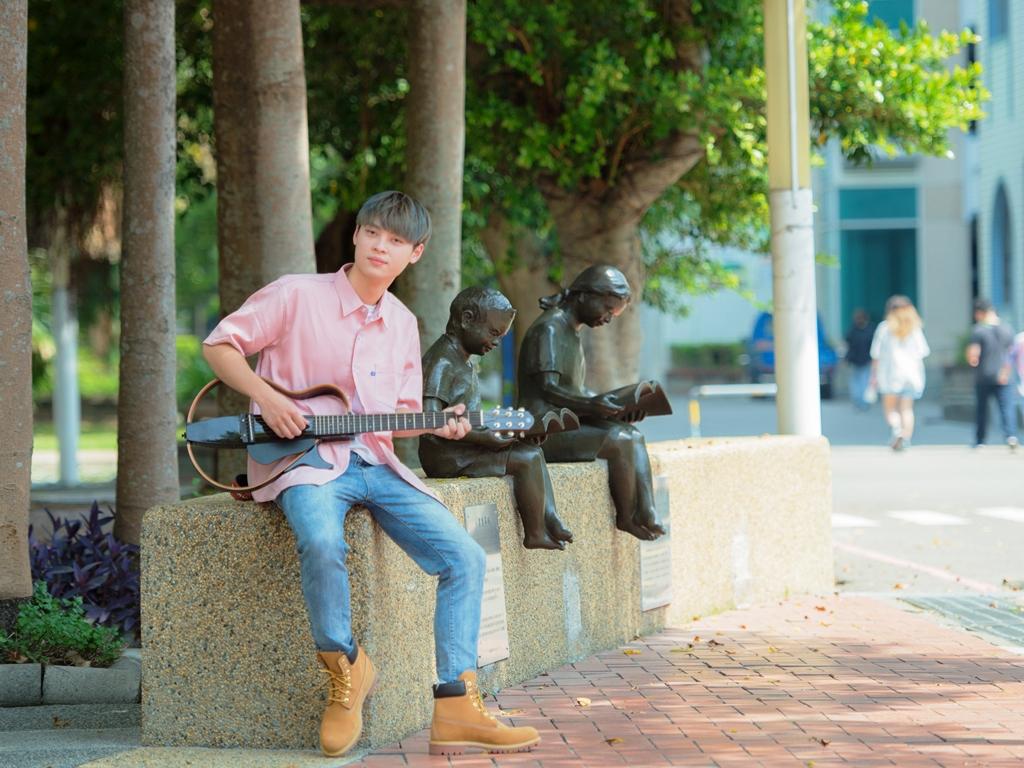 資管系鄧韶宣玩音樂 從IG網紅走向音樂創作路